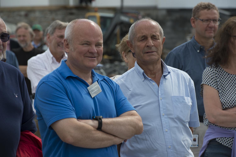 FORNØYDE: Tron Wigeland Nilsen og Nils Otto Holmen hadde all grunn til å smile fornøyd under åpningen av havnen. Foto: Morten Jensen