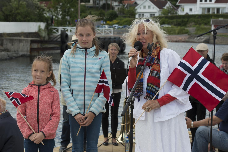 GRATULERTE: Sammen med barna gratulerte Trine Bendixen museet med den nye havnen. Også «Barnerekka» får nå et nytt område som kan brukes til aktivitetene.