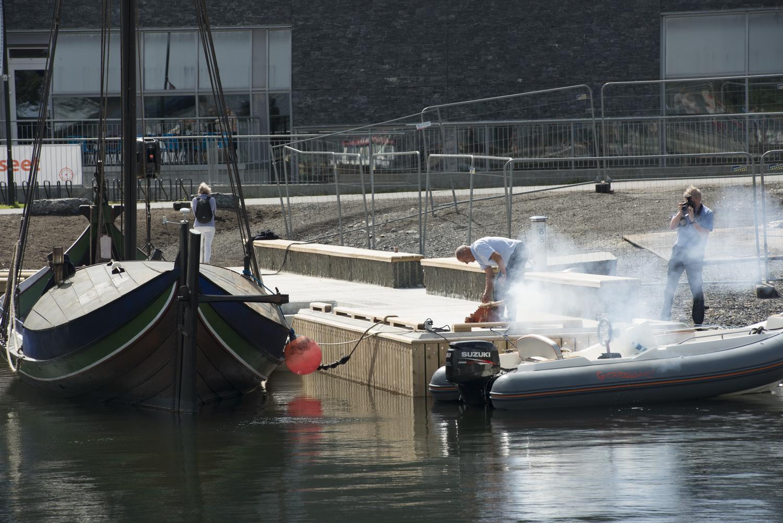 SALUTT: Nils Otto Holmen kunne selv fyre av de tre skuddene som markerte åpningen av den nye havnen. Foto: Morten Jensen