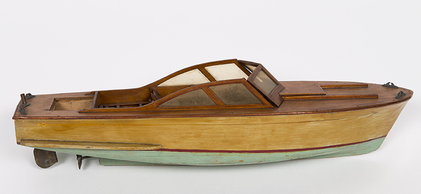 Kong Harald fikk denne modellbåten i gave som 5-åring, og den blir nå utstilt i Oslofjordmuseet. [Foto: Jan Haug, De kongelige samlinger]