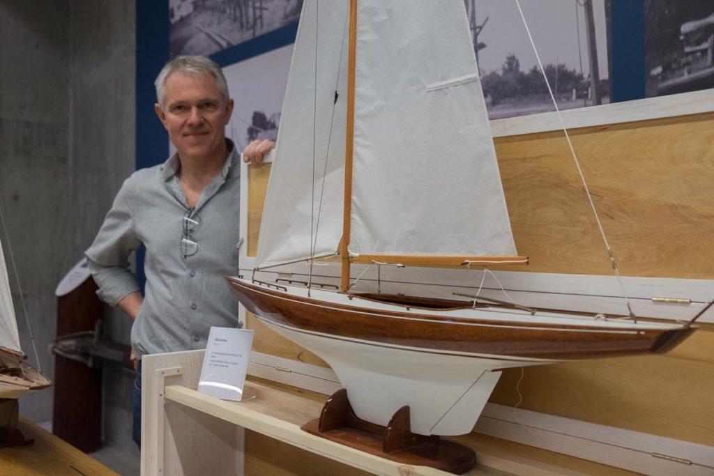 5,5 MR: Helge Bendixen kom helt fra Fevik til Vollen i Asker for å vise frem båter han har bygd, blant annet denne 5,5 mR «Encore» tegnet av Bjarne Aas. Foto: Morten Jensen