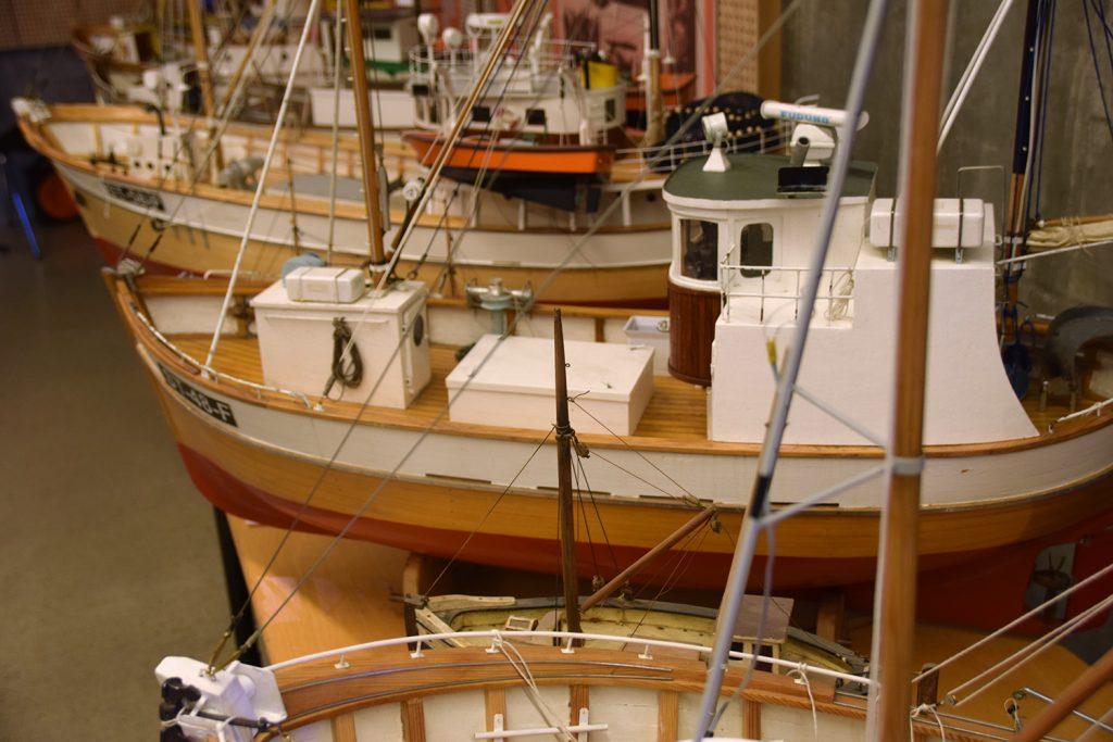 FISKEBÅTER: Fraktet helt fra Trondheim er ni modeller av tradisjonelle fiskebåter.