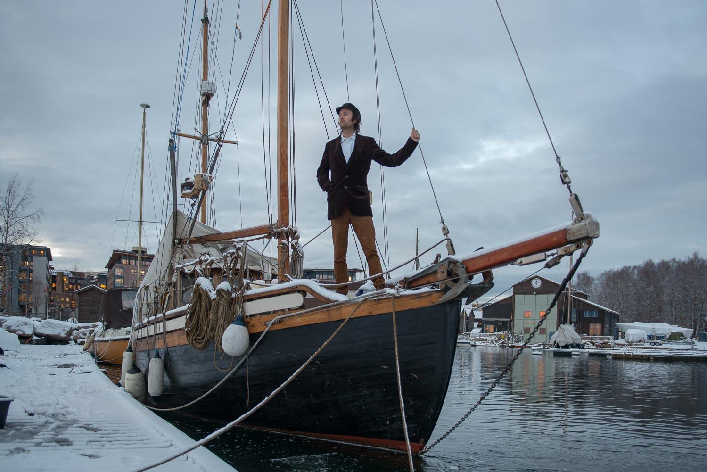 I EGEN SKUTE: Eivind Westhagen kommer med sin egen båt og holder konsert fra den i museumshavnen. (Foto: Morten Jensen)