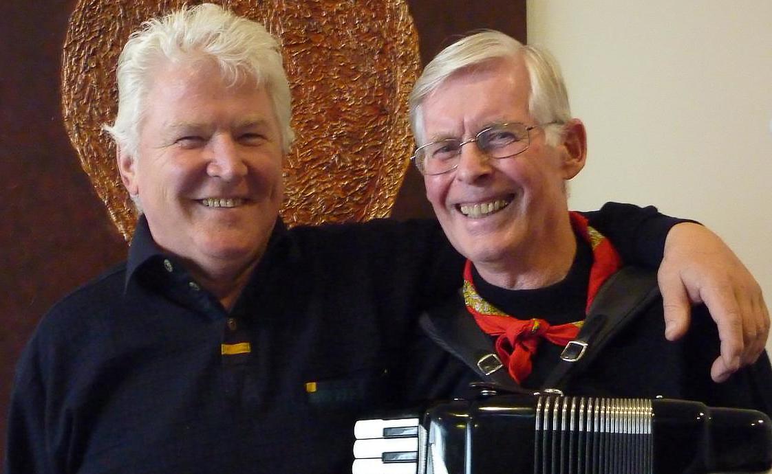 SPILER: Musikerne Trond og Harry spiller Taube-musikk i Oslofjordmuseet.